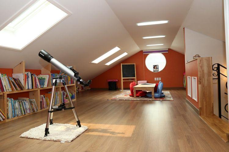 Wiele osób aranżujących wnętrza w świeżo zakupionych domach obawia się skosów.