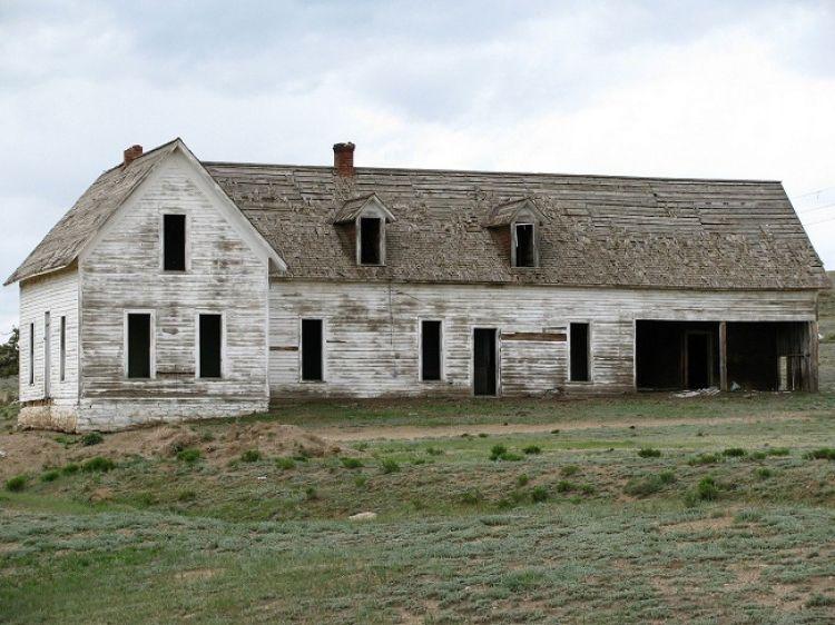 Kupując dom do remontu należy oszacować wydatki związane z pracami remontowo-budowlanymi