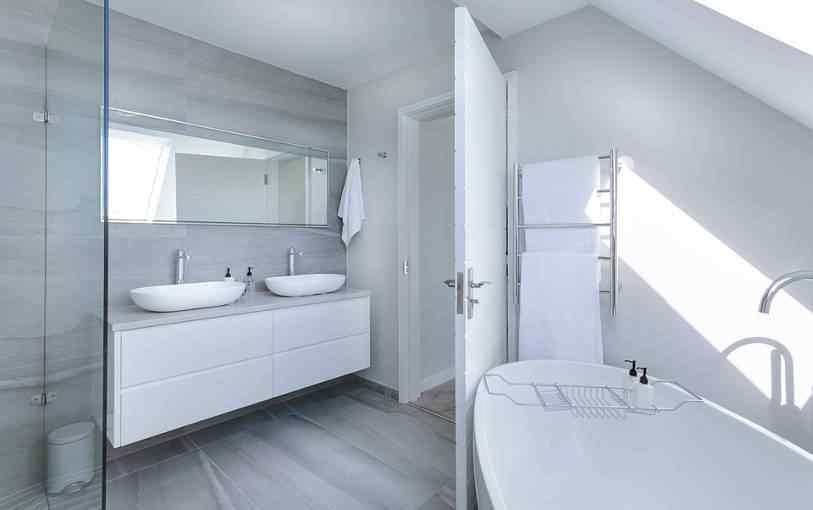 Niezręczny problem. Jak wyciszyć odgłosy z toalety i łazienki?