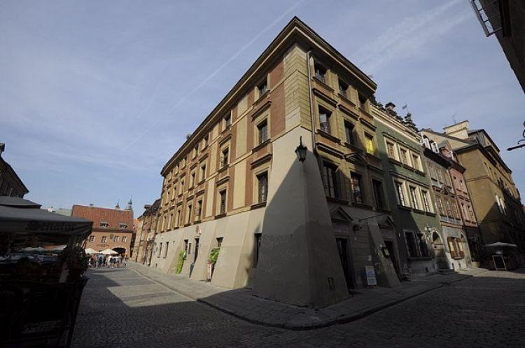 Kamienica położona przy ul. Wąskiego Dunaju 10 znana jako kamienica Rokicińska i Dom Szewców.